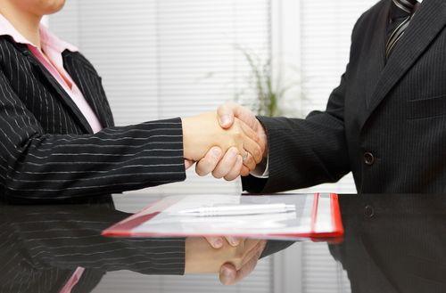 advocaten schudden hand